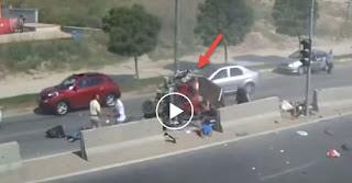 7 Άνθρωποι Βγήκαν Άθικτοι από τα Συντρίμμια Αυτοκινήτου που Διέλυσε Φορτηγό, το Video