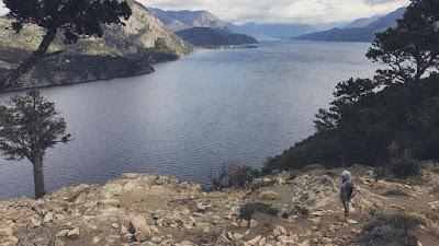 vista del lago lacar desde el mirador bandurrias