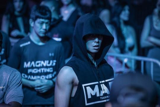 朴敘俊新電影《使者》公開角色照 驅魔元素這次搭配格鬥家