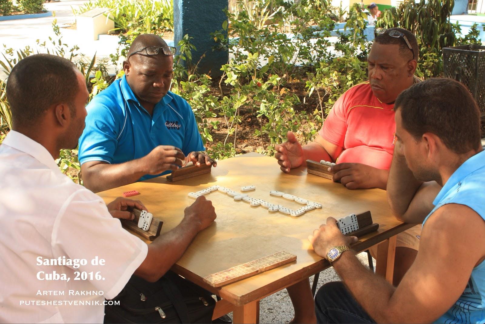 Жители Кубы играют в домино за столом
