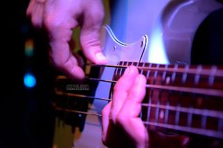 dedos tocando guitarra