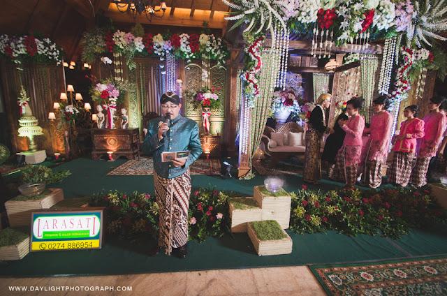 foto pemandu acara pernikahan tradisional jawa di java village resort