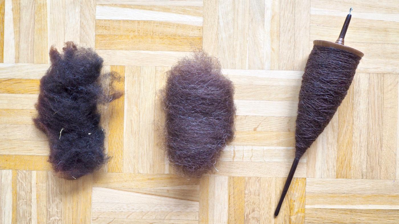 Rohwolle, kardierte Wolle, versponnene Wolle auf der Handspindel