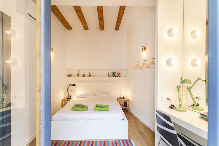 Cómo decorar un apartamento joven con poco dinero: Dormitorio con vigas de madera y tocador moderno