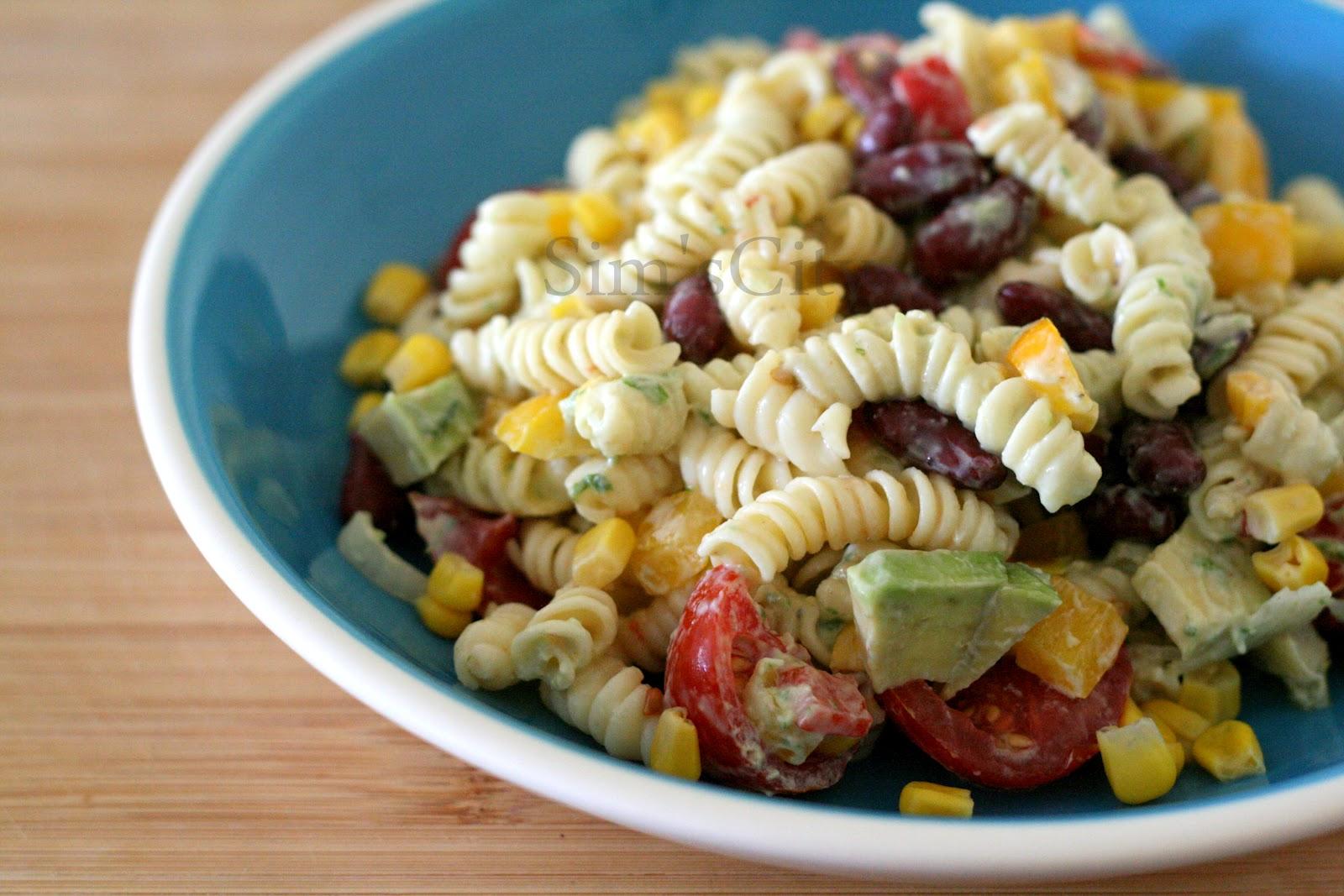 Pesto soslu avokadolu makarna salatası