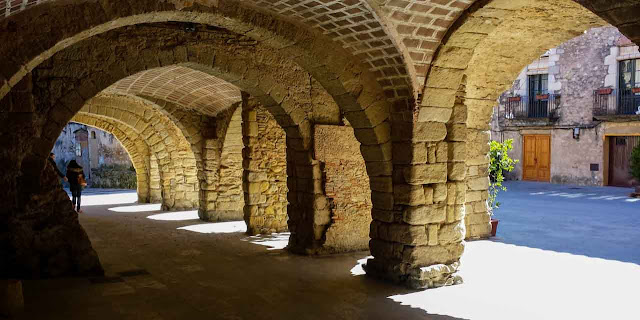 Peratallada porches medievales