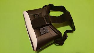 Gafas de realidad virtual básicas en blanco y negro sobre un fondo verde.