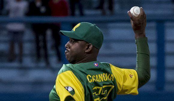 El lanzador Erlis Casanova, integrante de los equipos Pinar del Río y Cuba, se mostró contrario a la posibilidad de conformar un equipo con peloteros cubanos de todas partes, incluidos los que juegan en las Grandes Ligas estadounidenses.