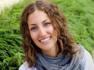 ظهور الأسنان السفلية دليل على أن الإبتسامة زائفة