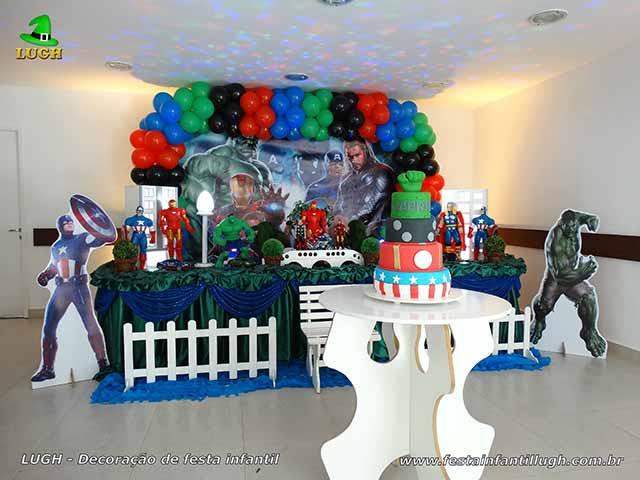 Decoração de festa infantil em mesa luxo de tecido tema Os Vingadores