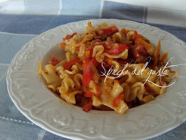 Pasta con peperoni e patè di olive