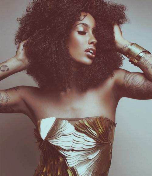 mujer afro vestido dorado