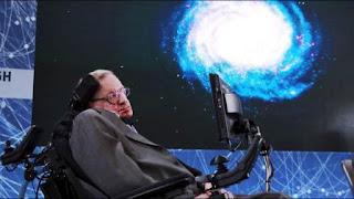 """El famoso físico insistió con la necesidad de perseverar en la conquista espacial y advirtió: """"Tenemos que encontrar otro lugar dónde vivir""""."""