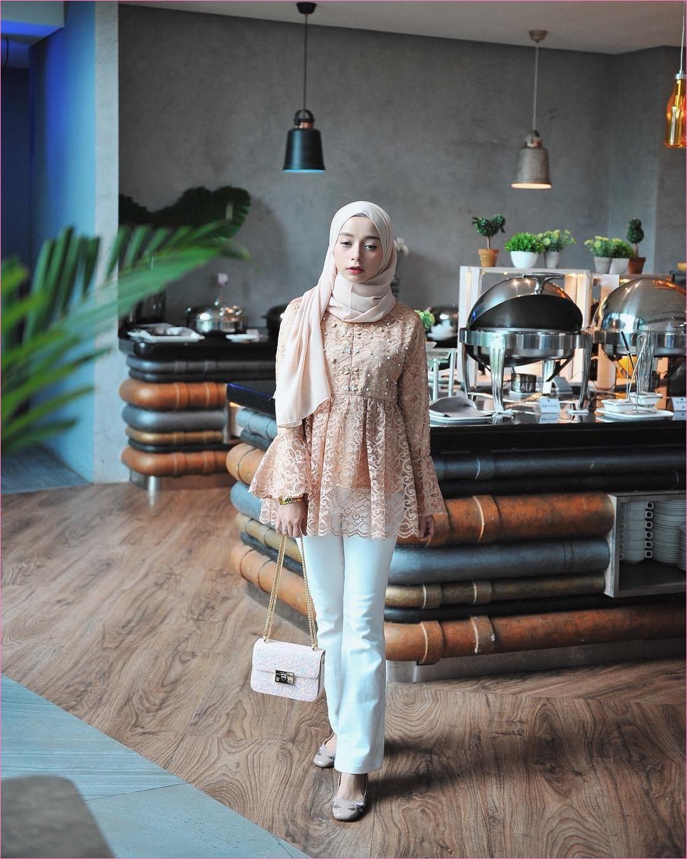 Outfit Kerudung Pashmina Ala Selebgram 2018 hijab pashmina sifon krem baju kebaya lengan terompet warna oren muda celana jeans putih slingbags flatshoes krem tua ciput rajut oots trendy kekinian hijabers caffe hotel