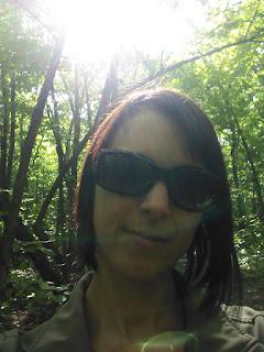 Femme, forêt, lunettes de soleil