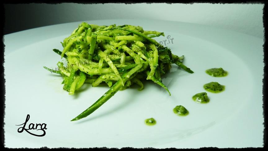 http://cucinaconlara.blogspot.it/2014/07/spaghetti-di-zucchine-crude-con-pesto.html