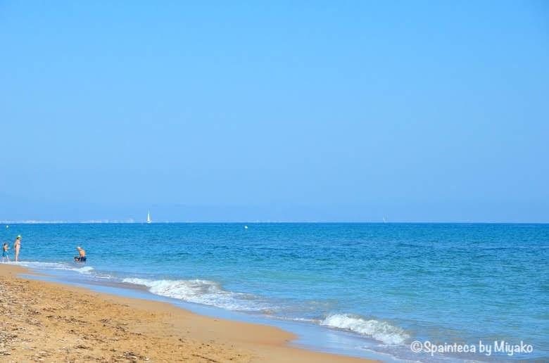 Dénia スペインのリゾート 地中海の町デニアのビーチで遊ぶ家族づれ