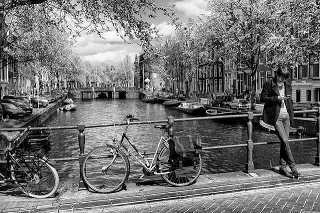 Vista di un canale a Amsterdam, con biciclette