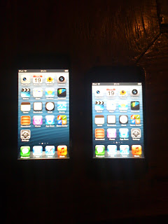 Links: iPod touch 5G, rechts: iPod touch 4G