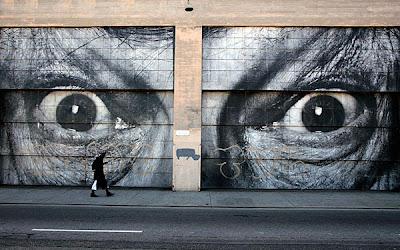 Dibujo de ojos gigantes en la calle