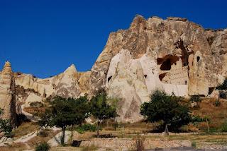 vue générale du site, avec un pan de la montagne qui s'est décroché, laissant apparaître l'intérieur d'une église !