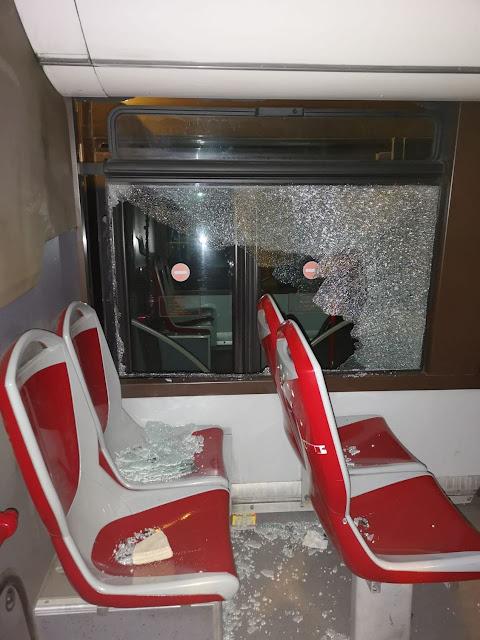 sassi contro autobus roma