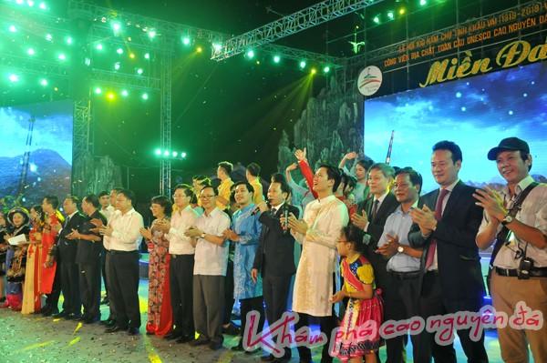 """Các đồng chí lãnh đạo tỉnh cùng hát ca khúc """"Hà Giang quê hương tôi"""" chào đón các đại biểu và du khách đến với Lễ hội 100 năm Chợ tình Khâu Vai."""
