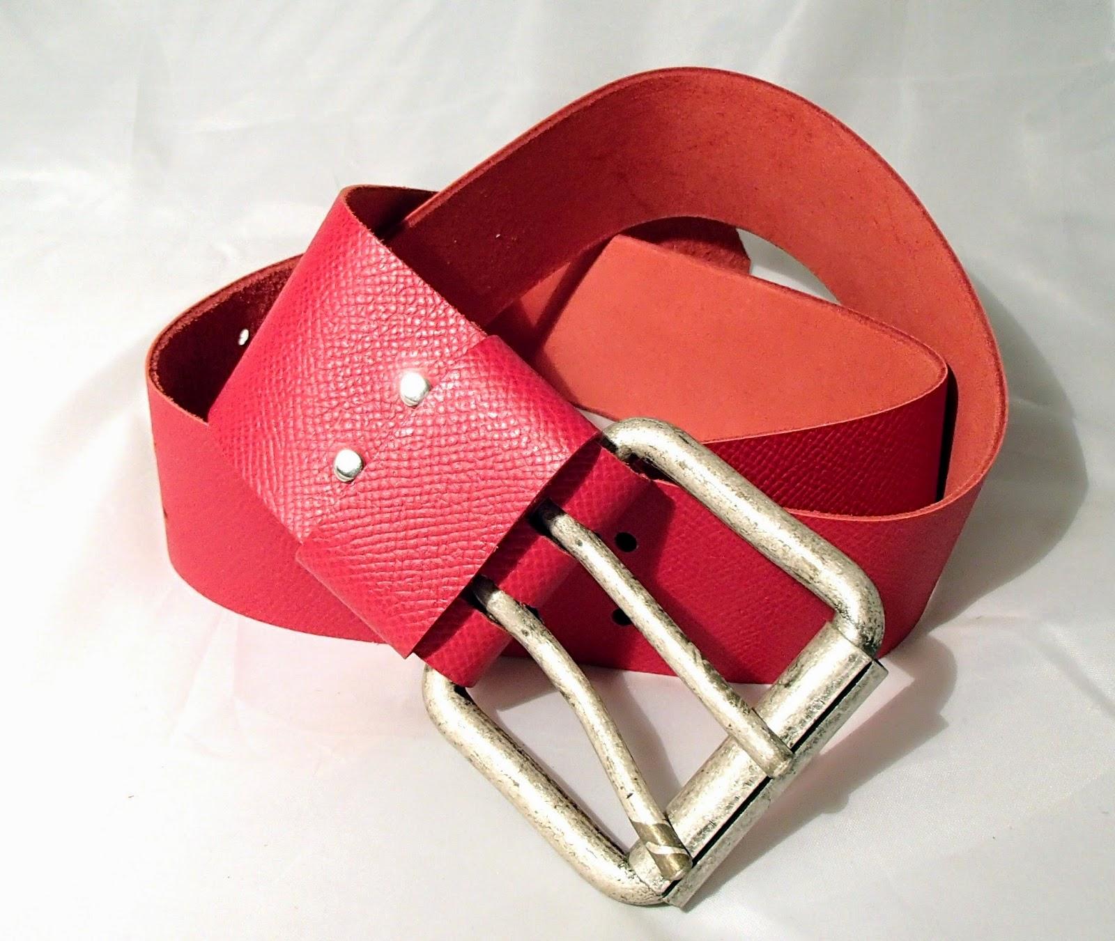 Vue d'ensemble de la ceinture large en cuir rouge