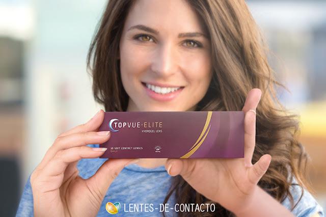una mujer joven sujetando con dos manos una caja de lentes de contacto topvue elite