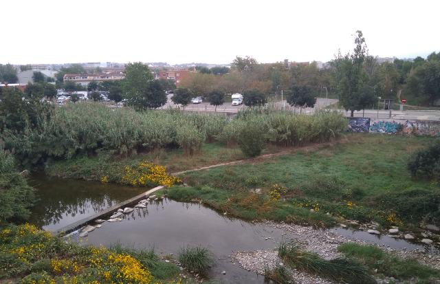 L'àrea d'autocaravanes vista des del riu