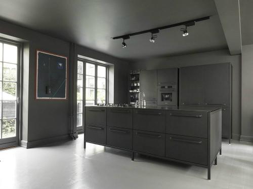 Schwarze Modulküche steht einer Küche