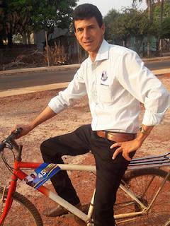 Ex-gari, é eleito prefeito e foi de bicicleta para solenidade de posse