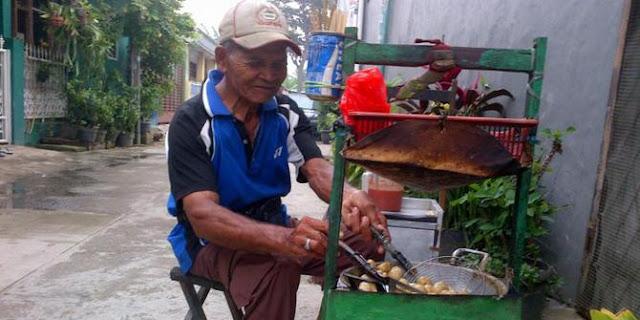 Jualan 12 Jam Hanya Untung  20 Ribu, Kakek Penjual Basreng Ini Tetap Bersyukur