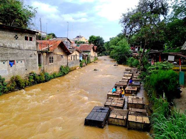 Karamba di Sungai Cipakancilan Bogor
