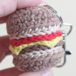 https://translate.googleusercontent.com/translate_c?depth=1&hl=es&prev=search&rurl=translate.google.es&sl=en&sp=nmt4&u=https://helloyellowyarn.com/2016/02/10/cheeseburger-keychain-free-crochet-pattern/&usg=ALkJrhhWTbfNtnZBqgHslLNDWqwtnNcyBA
