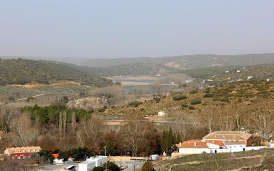 Ruidera pueblo desde el mirador. Lagunas de Ruidera. Ruidera pueblo y en el horizonte las lagunas Morenilla y Coladilla