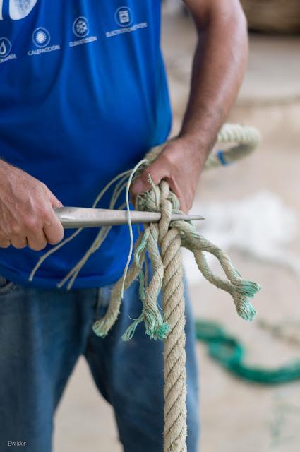 Usando el pasador para tejer con la aguja