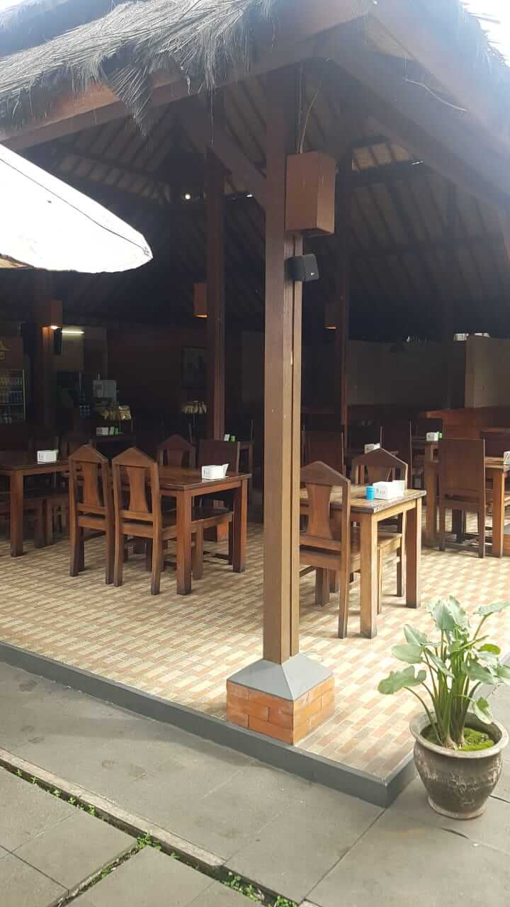 meja di Saung Cibeuereum SPBU Panghegar Cibeureum Cimahi