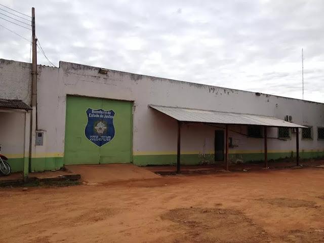 Jovem é preso após assaltar três pessoas e ameaçar policiais com uma faca em Guajará-Mirim