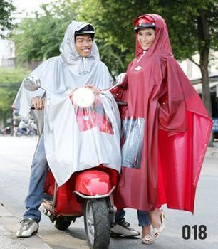 Chọn áo mưa và đi xe máy khi trời mưa