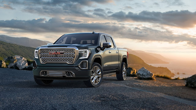 Front 3/4 view of 2019 GMC Sierra Denali 1500 4WD Crew Cab