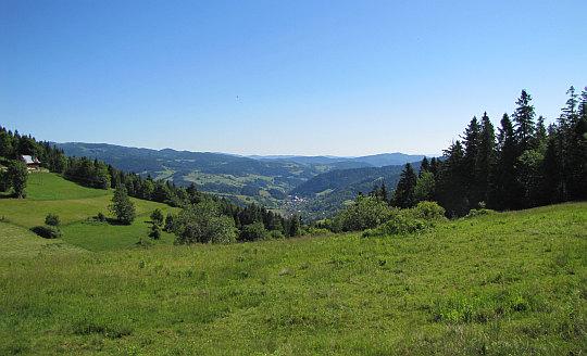 Dolina rzeki Ochotnica, w niej położona jest wioska Ochotnica Górna (widok ze Studzionek).