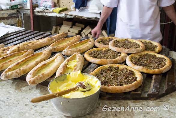 bol Trabzon tereyağı ile sunulan Karadeniz pideleri, Rüştü'nün fırını