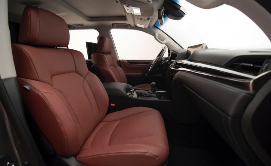 Khoang đầu của xe có tầm nhìn thoáng, ghế ngồi cực rộng rãi