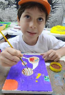 Criança pintando na oficina de Desenho Daniel Largo do Machado