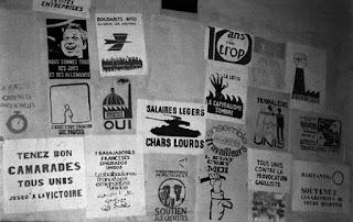 Tablón de anuncions con múltiples folletos y consignas revolucionarias.