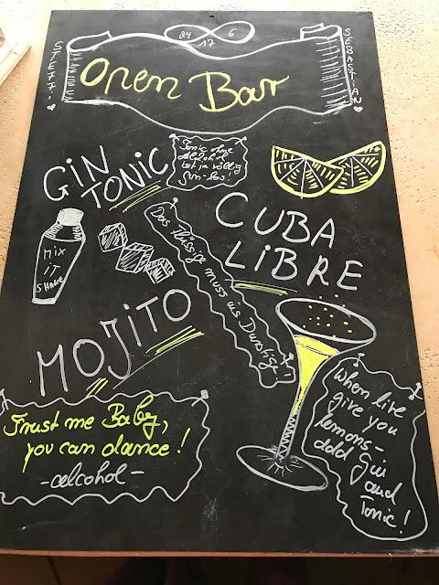 Bar-Tafel, chalk board bar, Hochzeit in Gelb, Sommer, Sonne, Natur, Sommerhochzeit am See in den Bergen, Riessersee Hotel Garmisch-Partenkirchen, Hochzeitsplanerin Uschi Glas
