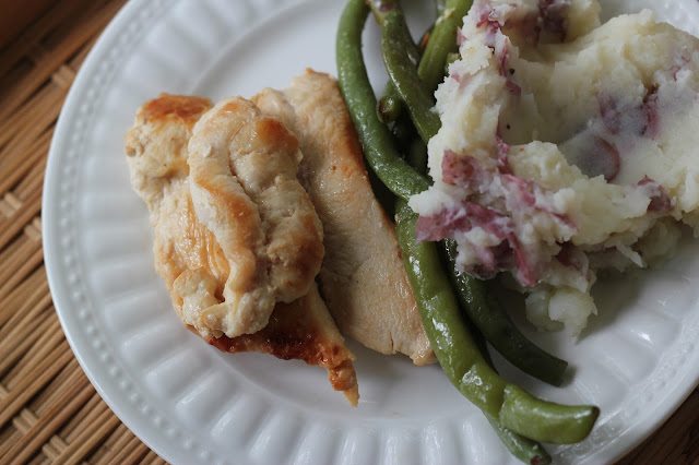 Make this easy Lemon Garlic Chicken and Green Beans with a Whole30 compliant dressing from Tessemae's.