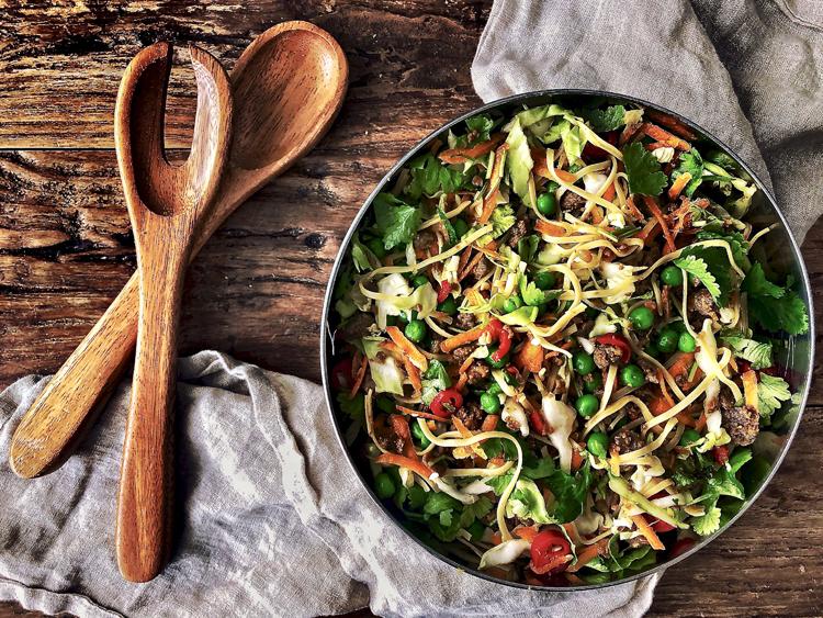 varhaiskaali-nuudelisalaatti härkiksellä ja aasialaisilla mausteilla