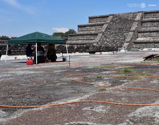 Un tunnel découvert sous la place de la pyramide de la lune à Teotihuacan